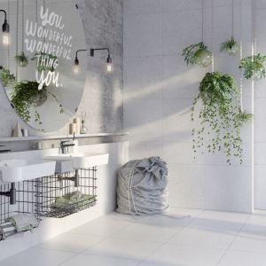 Podłogi i większość ścian w łazience wykończono jasnoszarymi płytkami z kolekcji Magic Stone, podczas gdy ścianę nad umywalką wieńczy betonowa faktura. Fot. Opoczno