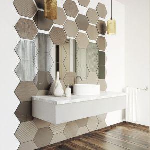 Ścianę w strefie umywalki wykończono w niezwykle efektowny sposób najmodniejszym kształtem tego sezonu, heksagonalnymi płytkami ze szkła ornamentowego Colorimo Hexi. Fot. Mochnik