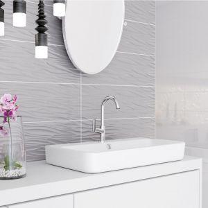 Szare strukturalne płytki ceramiczne z kolekcji Structure Pattern zdobią ścianę w strefie umywalki. Fot. Opoczno