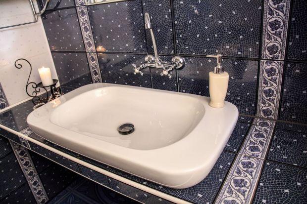 Wykańczając łazienkę płytkami pamiętajmy o doborze odpowiedniej zaprawy. Spoiwo z efektem perlenia zapobiega wchłanianiu wilgoci i chroni przed nią płytki.