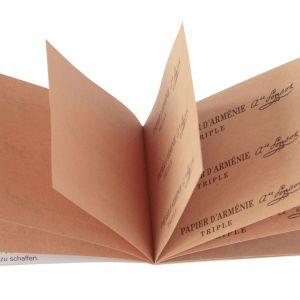 Legendarne pachnidło do wnętrz Papier d'Arménie nada przyjemny zapach łazience, tworząc w otoczeniu wyjątkową atmosferę. Dostępny w Aptekach i Drogeriach Medicover. Cena: 15,99 zł. Fot. Medicover