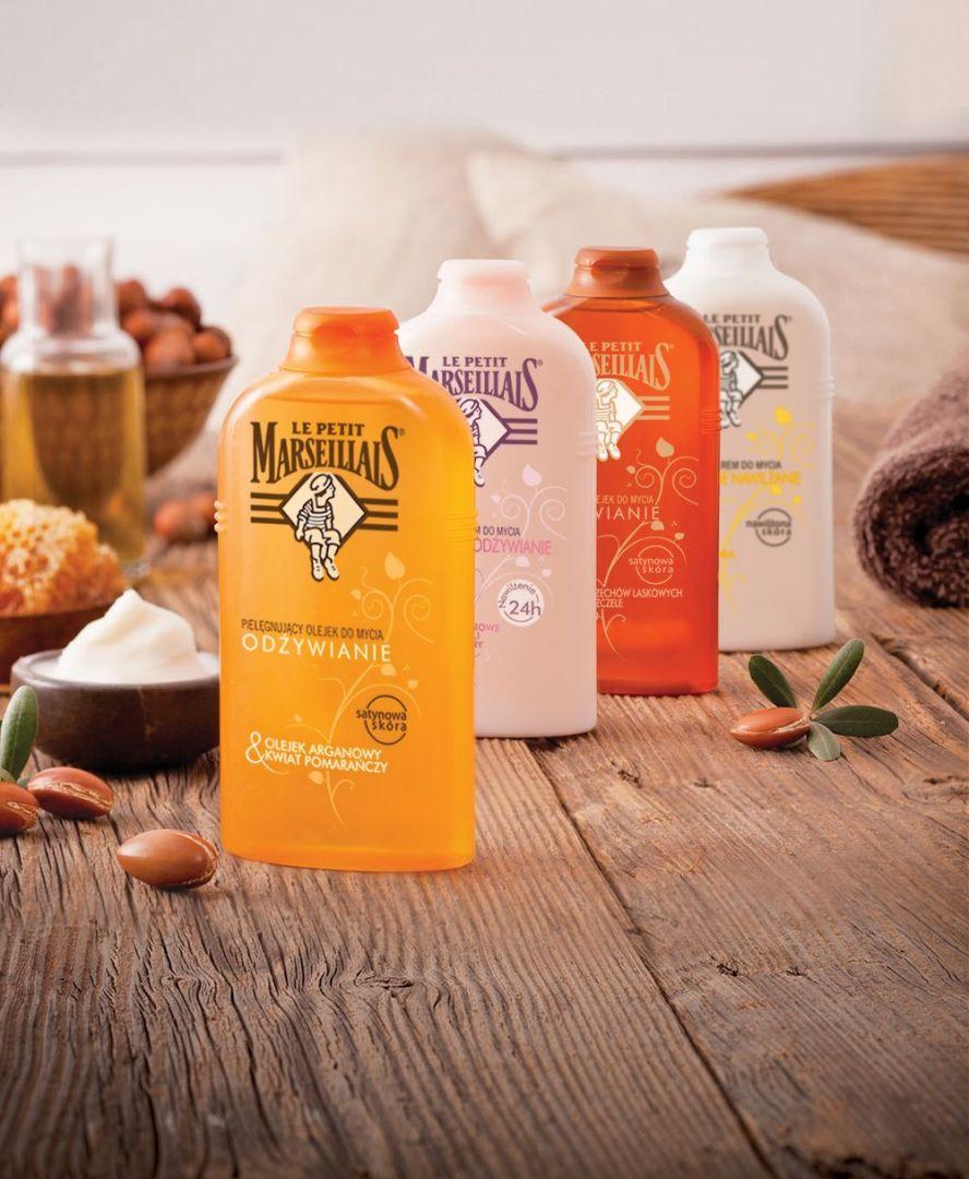 Pielęgnujące olejki do mycia - w zależności od wybranej wersji - mają w swoim składzie m.in. odżywiający olejek arganowy, masło shea i mleczko pszczele, a przy tym pięknie pachną. Cena: ok. 11 zł. Fot. Le Petit Marseillais