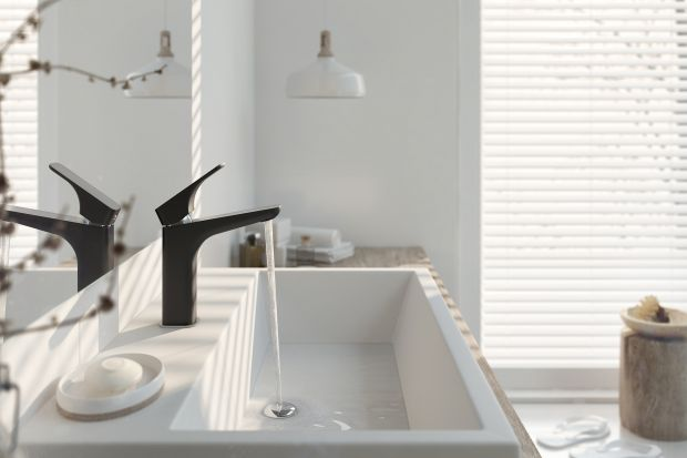 Czarny kolor kojarzony jest z elegancją i szykiem. I taki charakter nadaje łazience. Zobaczcie, jak wprowadzić do niej czerń.