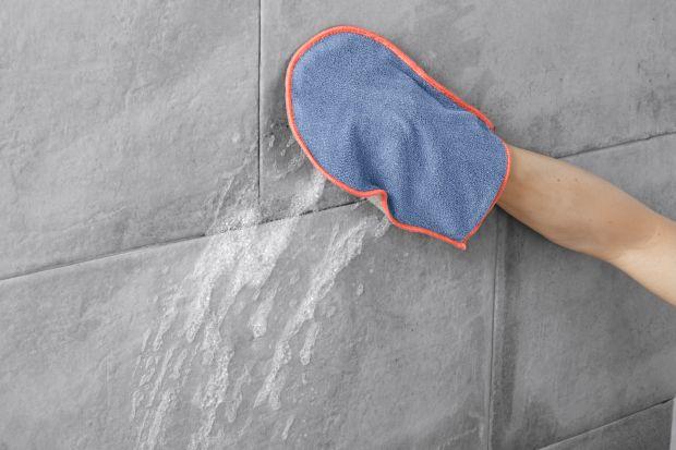 Jak wysprzątać łazienkę po świętach i Sylwestrze? Z pomocą przyjdzie praktyczna rękawica.