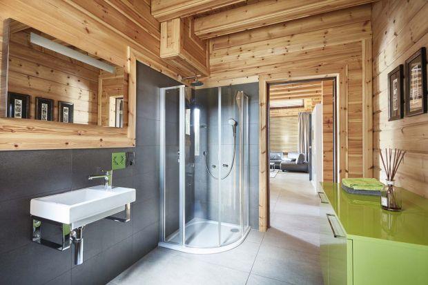 Co powiecie na dom z drewnianych bali? Jak urządzić w nim nowoczesną łazienkę? Zobaczcie sami!