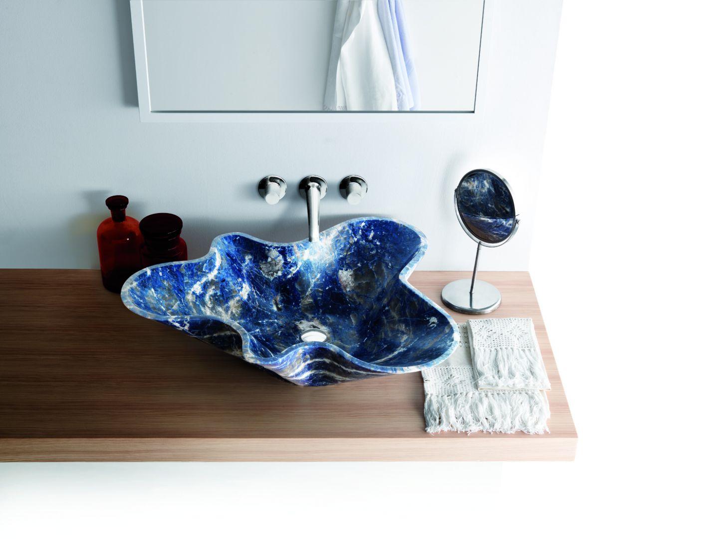 Nablatowa umywalka z kolekcji Nabhi o niezwykłym, pofalowanym kształcie, w pięknym błękitnym wykończeniu Blue Sodalite. Fot. Kreoo