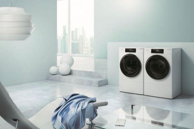 Wybierając pralkę warto zwrócić uwagę nie tylko na jej pojemność czy klasę energooszczędności, ale również dodatkowe funkcje, które ułatwią pranie.