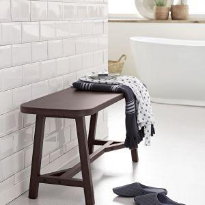 Ławka z wysokiej jakości litego drewna akacjowego - posłuży za miejsce położenia ręcznika, szlafroka lub miejsce spoczynku np. podczas wklepywania balsamu. Fot. Tchibo