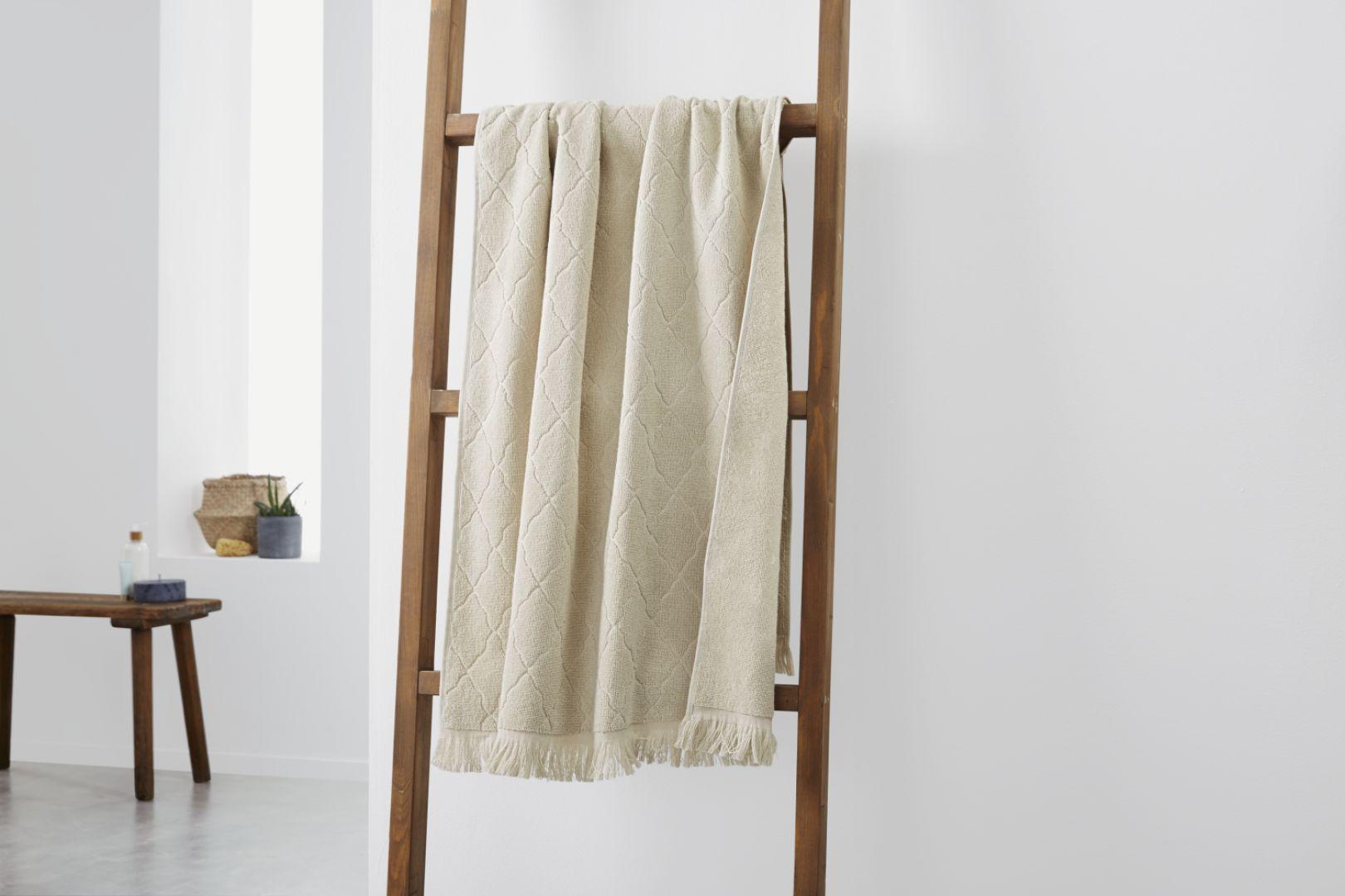 Wykonana z litego drewna dekoracyjna drabina będzie nie tylko estetycznym urozmaiceniem wystroju łazienki, ale również praktycznym wieszakiem na ręcznik. Fot. Tchibo