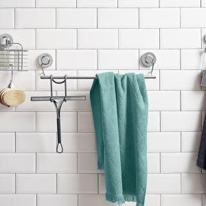 Mocowany na przyssawki uchwyt na ręcznik, wykonany z eleganckiej stali nierdzewnej w wysokim połysku. Cena: 79,99 zł. Fot. Tchibo