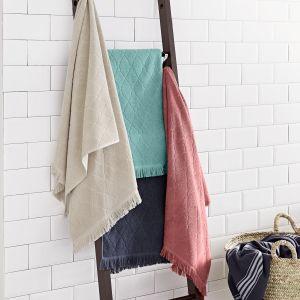 Wykonana z litego drewna dekoracyjna drabina będzie nie tylko estetycznym urozmaiceniem wystroju łazienki, ale również praktycznym wieszakiem na ręcznik. Cena: ok. 220 zł. Fot. Tchibo
