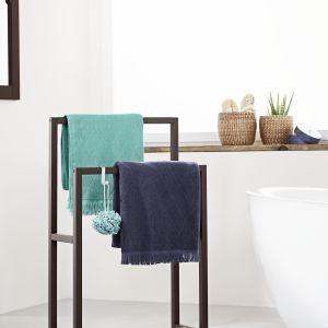Stojący wieszak na ręczniki wykonany z litego drewna, stawiany na antypoślizgowych stopkach. Cena: ok. 220 zł. Fot. Tchibo