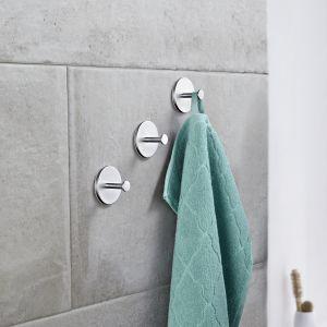 Delikatne, estetyczne, samoprzylepne haczyki do łazienki wykonane z metalu chromowanego w macie. Cena: 34,99 zł/3 sztuki. Fot. Tchibo