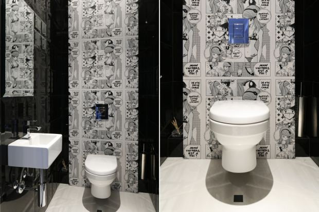 Istnieje wiele sposobów na wykończenie ściany w łazience. W tej toalecie dla gości zdobi ją... manga.