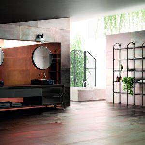 Koncepcja łazienki w stylu industrialnym powstała jako wynik współpracy marki meblarskiej Scavolini z wnętrzarską marką Diesel Home. Open Workshop to propozycja z dużą ilością modułowych konstrukcji, opartych o metalowe tuby. Fot. Scavolini/Diesel Home