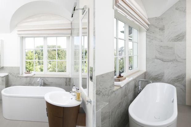 Łazienka z oknem jest pełna światła i świeżego powietrza. Zapewnia również widoki na niebo i otoczenie podczas kąpieli.