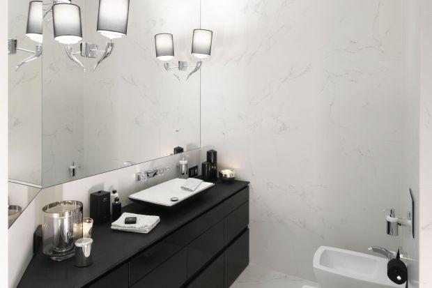 Urządzając łazienkę w stylu glamour musimy pamiętać, że liczy się detal. Eleganckie dodatki i materiały w czerni i bieli idealnie wpiszą się w luksusowy charakter wnętrza.