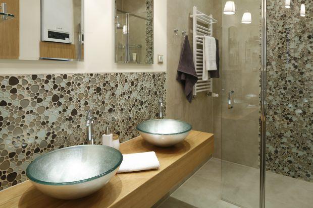 Ciepłe kolory, armatura w stylu retro oraz piękne nablatowe, rustykalne umywalki stworzą przytulną, urokliwą aranżację.