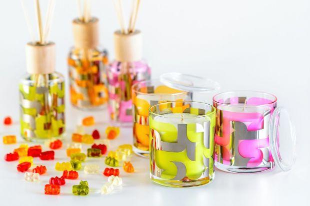 Kolorowe, energetyzujące, intrygujące - takie są świeczki i odświeżacze powietrza zaprojektowane przez ikonę designu Karima Rashida.