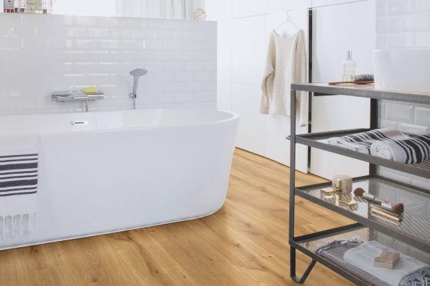 Na podłodze w łazience wcale nie muszą leżeć płytki. Wodoodporne panele laminowane to świetny wybór również do mokrych pomieszczeń!