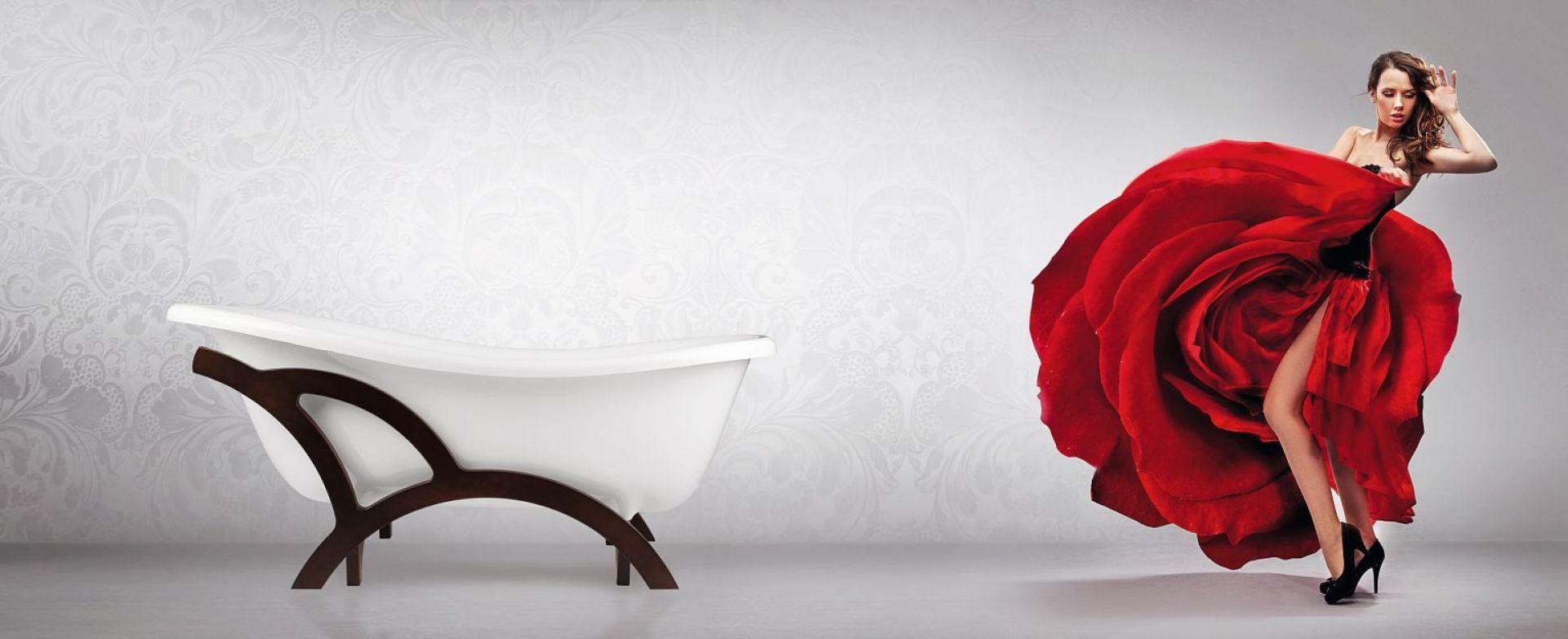 Wykonana z kompozytu sanitarnego wanna Otylia o klasycznym kształcie zyskuje dynamiczny charakter dzięki asymetrycznej drewnianej ramie. Fot. Besco