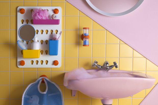 W każdej łazience, z której korzystają dzieci przyda się... torba. Zawieszona na haczyku będzie idealnym miejscem do przechowywania podręcznych niezbędnych przedmiotów.