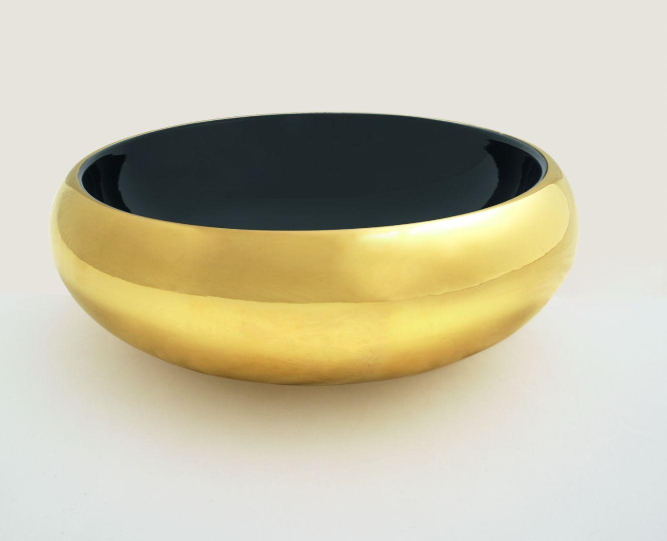 Umywalka nablatowa z serii ceramiki Tao z czarnym wnętrzem misy i złote zewnętrzne powierzchnie. Fot. Hidra