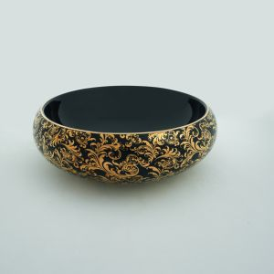 Czarna umywalka nablatowa z serii ceramiki Tao z pięknym złotym wzorem. Fot. Hidra
