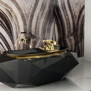 Niezwykła, designerska wanna Diamond o formie diamentu, z efektownym obramowaniem przy wejściu w kolorze złota. Fot. Maison Valentina