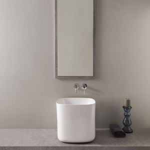 Wysoka umywalka nablatowa z serii Moon marki Scarabeo Ceramiche. Fot. Scarabeo Ceramiche
