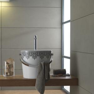 Umywalka nablatowa Bucket marki Scarabeo Ceramiche formą przypomina... wiadro z dekoracyjnym wzorem. Fot. Scarabeo Ceramiche