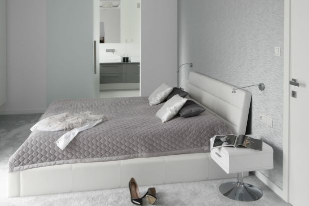 Coraz więcej osób decyduje się na urządzenie łazienki przy sypialni. Jak jednak oddzielić te dwa wnętrza, aby zachować intymność obydwu?