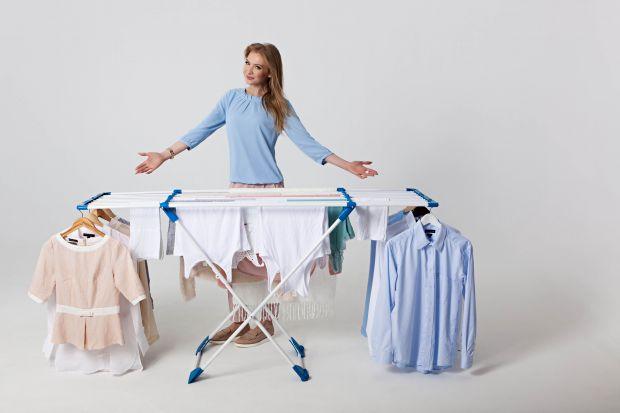 Pojawiająca się za oknami wiosna zachęca do suszenia prania na zewnątrz. Przyda się wówczas praktyczna i stabilna suszarka.