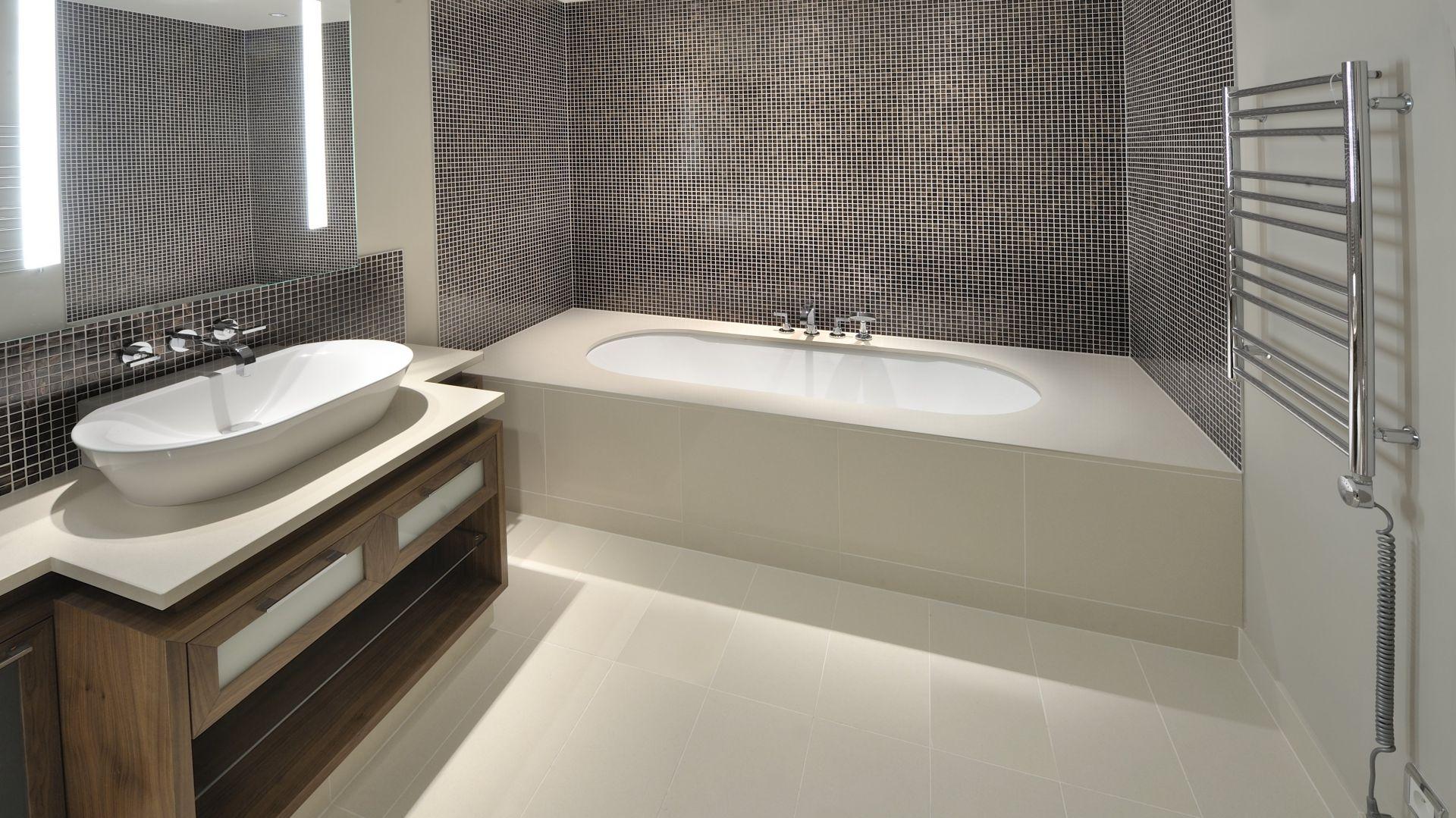 Z konglomeratu kwarcowego można wykonywać okładziny podłó i ścian, wykończenia wanien czy np. blaty łazienkowe. Fot. Technistone