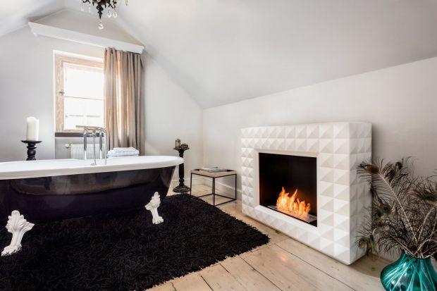 Kominek w salonie to uniwersalny i klasyczny sposób na zbudowanie wyjątkowej atmosfery w domu. Można go jednak zainstalować także w innych pomieszczeniach, np. łazience. Takie rozwiązanie dodaje awangardowego klimatu i tworzy niestandardowe aranża