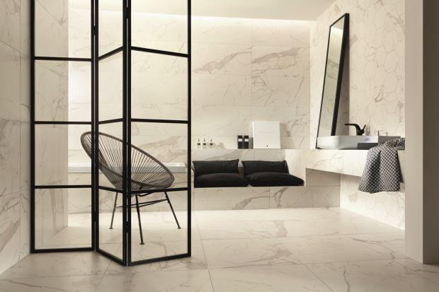 Obecność kamienia w łazience nadaje wnętrzu elegancki charakter. Podobny efekt mają płytki ceramiczne imitujące ten materiał.