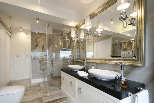 Mieszkanie położone na jednym z luksusowych osiedli w Białymstoku urządzono w konwencji nowoczesnej klasyki, w którą wpisał się również elegancki salon kąpielowy.