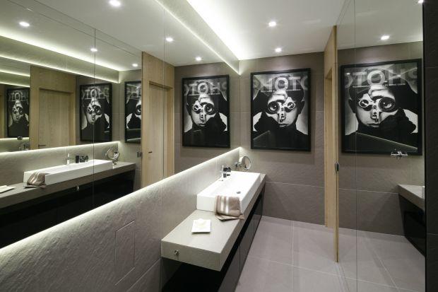 Łazienka urządzona w prywatnej części minimalistycznego apartamentu w starej kamienicy, jak całe mieszkanie, zaskakuje i intryguje swoim wystrojem.