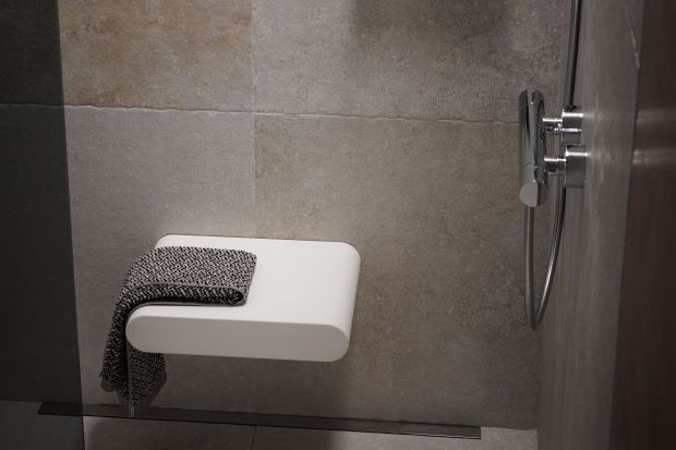 Współczesne łazienki zamieniają się w strefy relaksu, a prysznic przestaje być miejscem, do którego wchodzimy na 5 minut. Dlatego też warto strefę prysznica wyposażyć w praktyczne i eleganckie siedzisko.