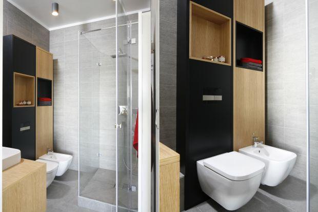Zabudowa stelaża podtynkowego, na którym zawieszona jest podwieszana miska toaletowa może stać się ciekawym elementem aranżacji łazienki.