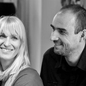 Monika i Adam Bronikowscy to projektanci, menadżerowie designu i przedsiębiorcy. Na co dzień tworzą zgrany duet projektowy, liderując zespołowi pracowni HOLA Design, którą sami założyli.
