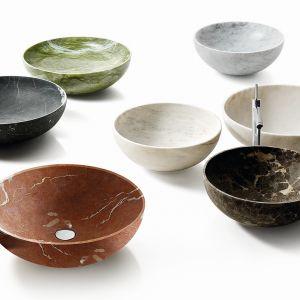 Nabhi to kolekcja do strefy umywalki, obejmująca szereg elementów modułowych; składa się 12 różnych kształtów, wykonanych z marmuru łączonego z innymi materiałami. Na zdjęciu umywalki Bowl nr 4. Fot. Kreoo