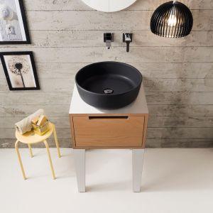 Bezprzelewowa umywalka nablatowa Mizu ma czystą formę i występuje w różnych wykończeniach powierzchni - np. matowej czerni. Projekt: Emo design. Fot. Scarabeo Ceramiche