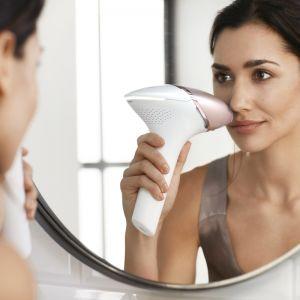 Bardzo czerwony filtr zapewnia maksymalne bezpieczeństwo depilacji delikatnej skóry twarzy, a małe płaskie okienko o powierzchni 2 cm2, zapewnia precyzyjne stosowanie na górnej wardze, podbródku i linii szczęki. Fot. Philips