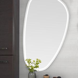 Lustro firmy Dansani o niebanalnym, futurystycznym kształcie i z oświetleniem wzdłuż obwodu lustra wygląda niczym dekoracyjna rzeźba. Fot. Dansani
