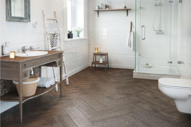 Podłoga w łazience to duża powierzchnia i spore pole do popisów aranżacyjnych. Nie zaniedbujmy jej walorów dekoracyjnych.
