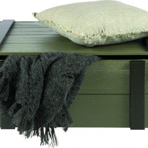 W kolorze leśny zielony jest industrialna skrzynia na kółkach Derk wykonana ze szczotkowanego drewna sosnowego; 43x100x57 cm. Fot. Woood