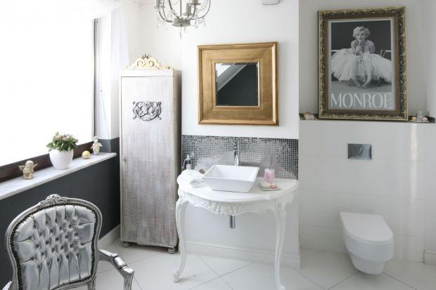 Akcesoria, meble i okładziny ścienne w kolorach srebra idealnie wpisują się w stylistykę glamour.