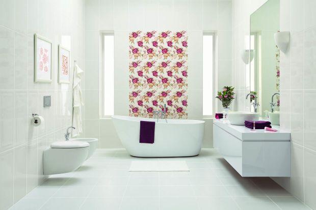 Majówka w łazience: płytki z kwiatowymi motywami