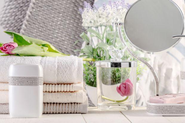 Wiosna w łazience: odważ się na kolorowe akcesoria